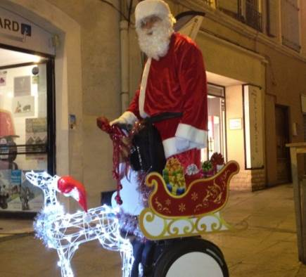 Enfin un vrai Père Noël, son traîneau et son renne à Nîmes