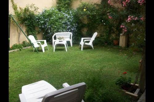 Jardin clos de 50 m2 propre à l'appartement avec coin repas ombragé, barbecue, chaises longue et jeux pour enfants ©