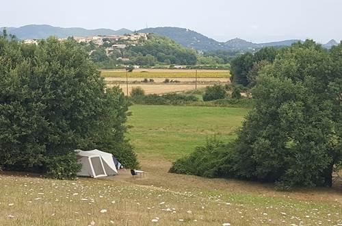 camping calme avec vue sur la nature ©
