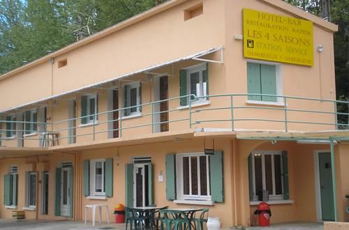 Hôtel LES QUATRE SAISONS Façade ©