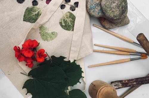 Atelier impressions végétales © Musée d'art sacré du Gard