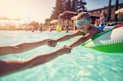 piscine de st jean de valeriscle - image d'illsutration © istock