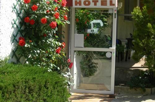 Les ACANTHES Entrée de l'Hôtel ©