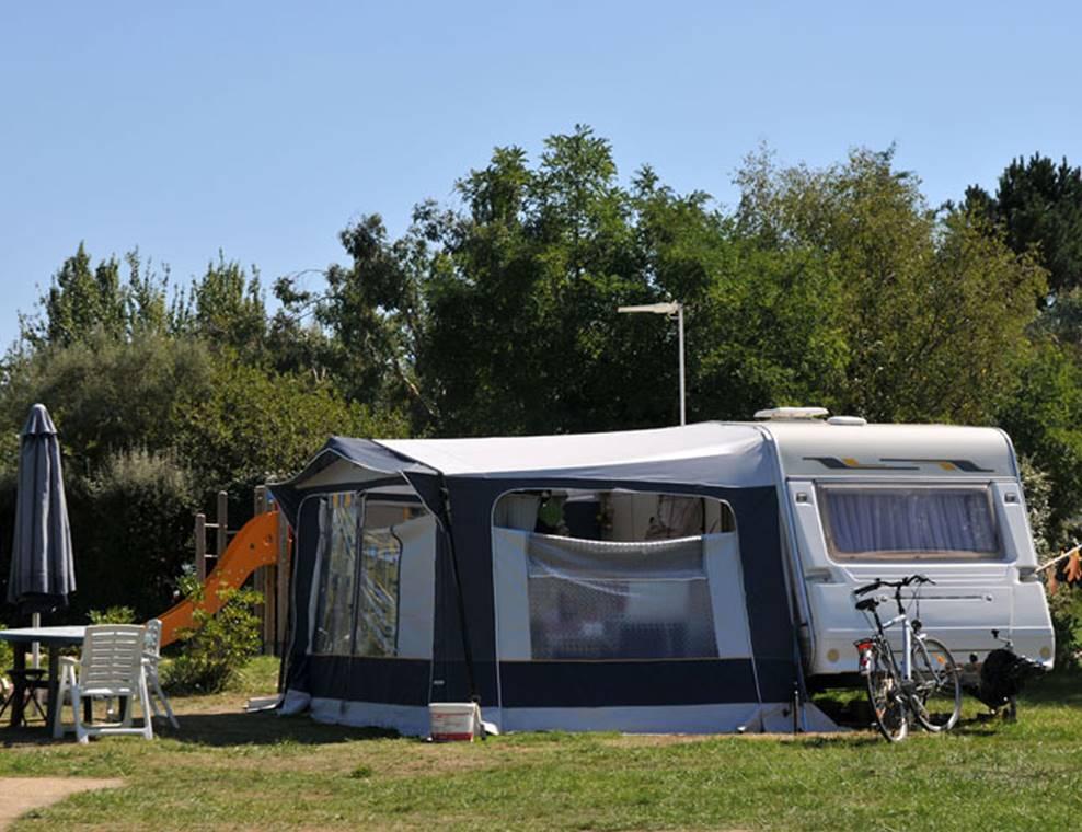 Emplacement nu pour tentes caravanes et camping-cars